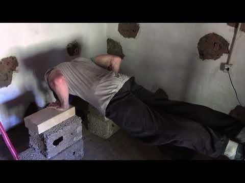 Muskelaufbau Oberkörper Übung: Liegestütze mit Zusatzgewicht am Nacken