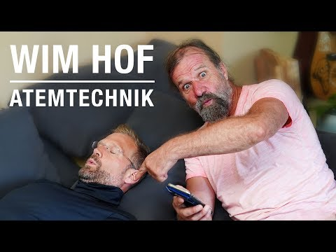 Ice Man Wim Hof zeigt Christian Bischoff seine Atemtechnik