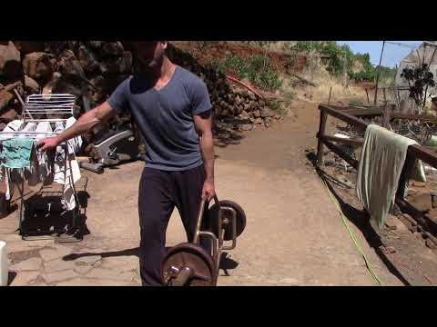 Muskelaufbau Ganzkörper Übung: Einarmiger Farmerswalk mit 65 kg - Loaded-Carry-Variante