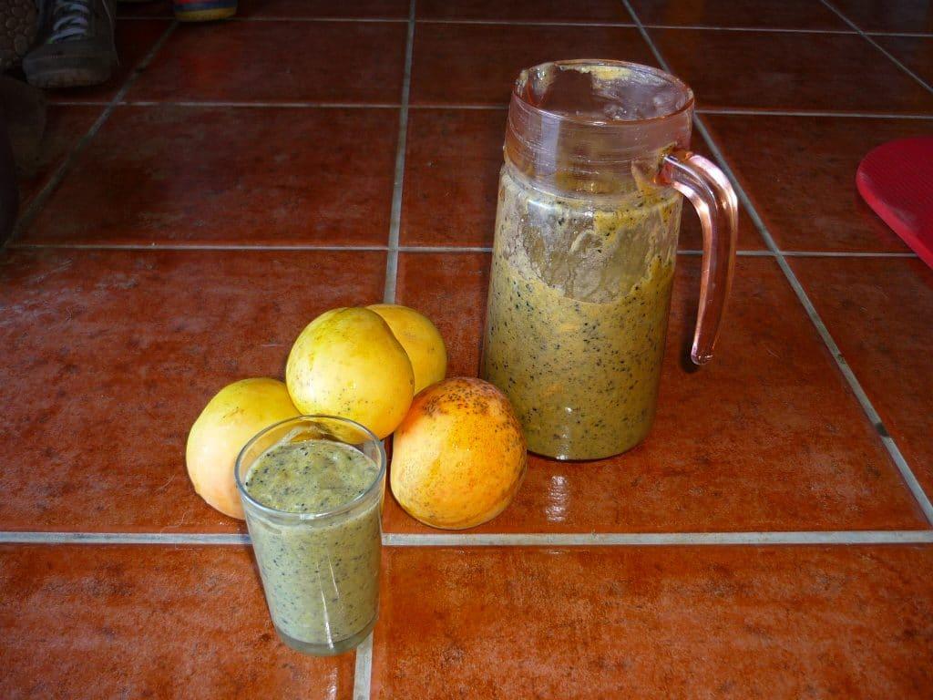 Mango-Bananen-Smoothie mit schwarzem Sesam und Moringa