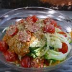 Zucchinispaghetti mit frischer Tomatensoße, Cocktailtomaten und Hefeflocken