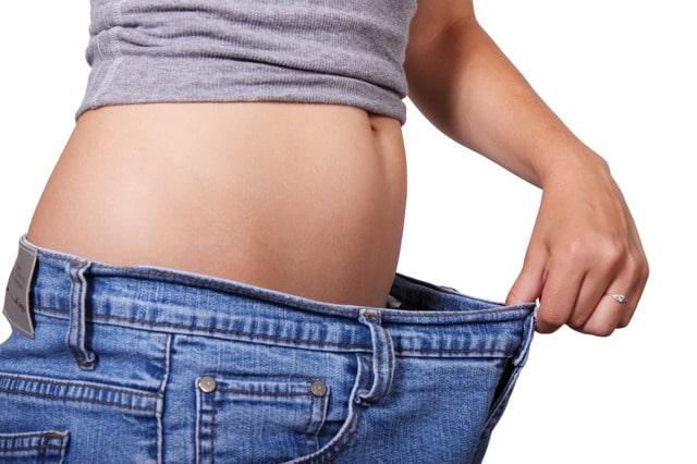 Stoffwechsel und Fettverbrennung: zwei Äpfel und Maßband