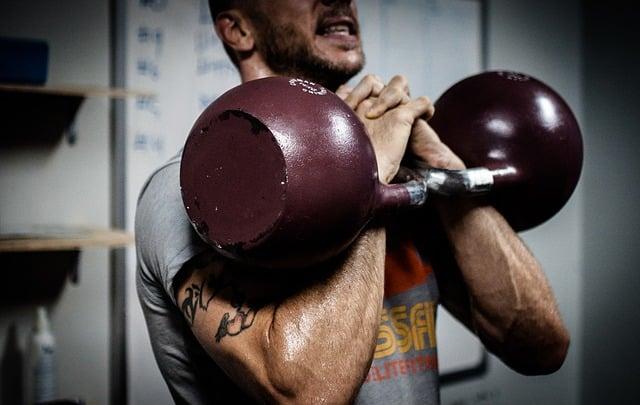 Muskelaufbau Mann mit Hantel