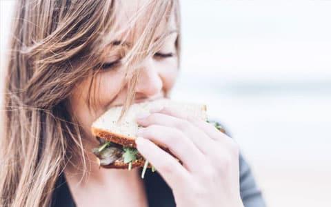 Frau beißt in Brot