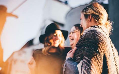 Kommunikation: drei Frauen lachen miteinander
