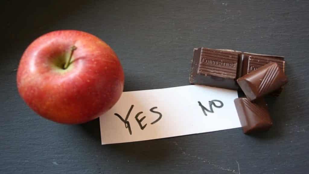 wer bestimmt was ich essen will: Stück Schokolade und Apfel