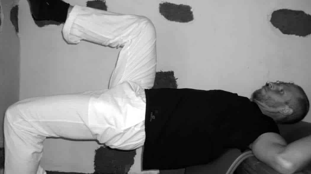 Rückenschmerzen selbst behandeln durch Kräftigung der Bauchmuskeln – 1 Übung für zu Hause