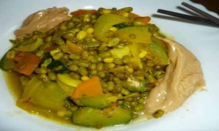 Rezeptidee vegan und low-carb: Angekeimte Mungbohnen mit Curry-Gemüse