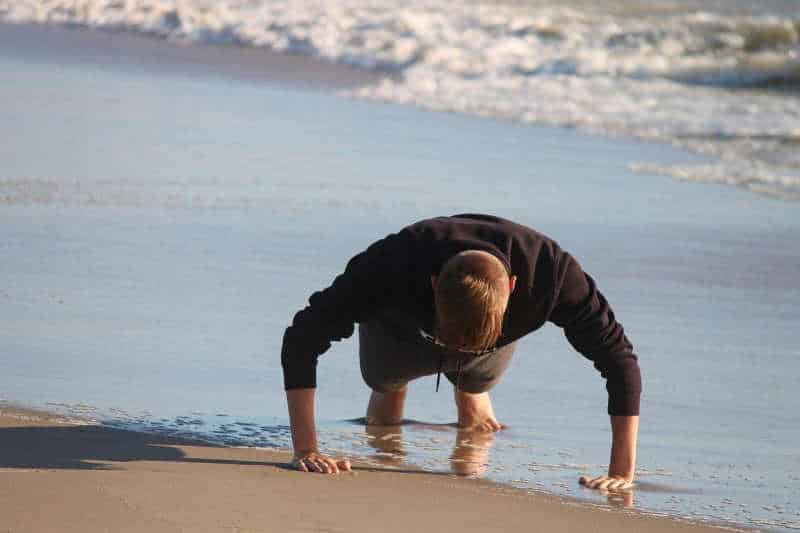 Überall trainieren mit den ISO-Extreme-Hold-Übung von Schroeder - Mann am Strand im Liegestuetz