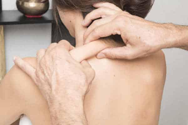 Bindegewebe-gesund-halten - Frau wird am Rücken massiert
